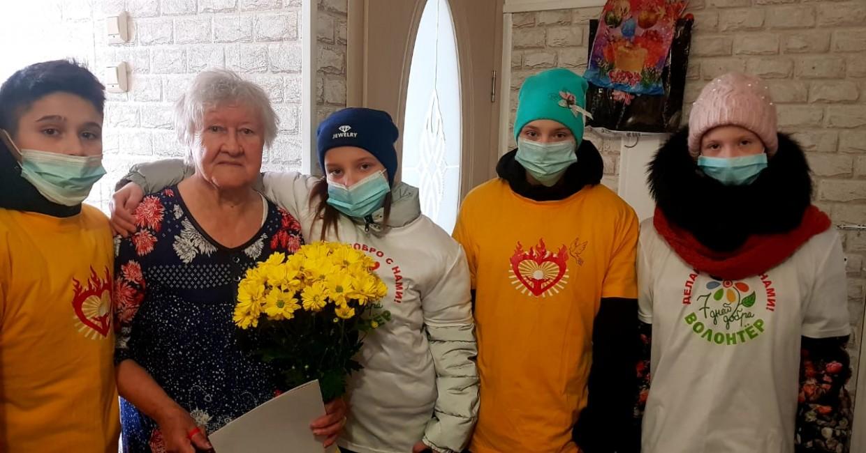 Волонтеры поздравили с 90-летним юбилеем